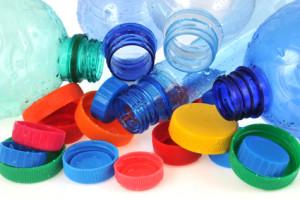 Les bouteilles et bouchons en plastique